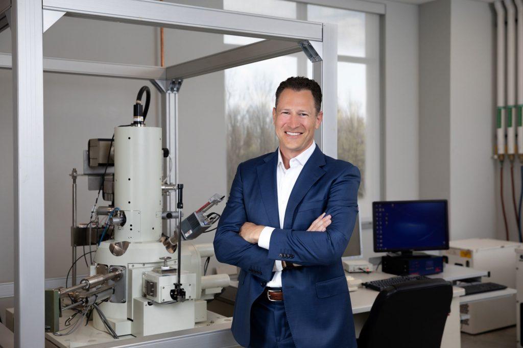 Le PDG de Battery Resourcers, Mike O'Kronley, à l'usine de Novi, au Michigan, le 9 avril 2021