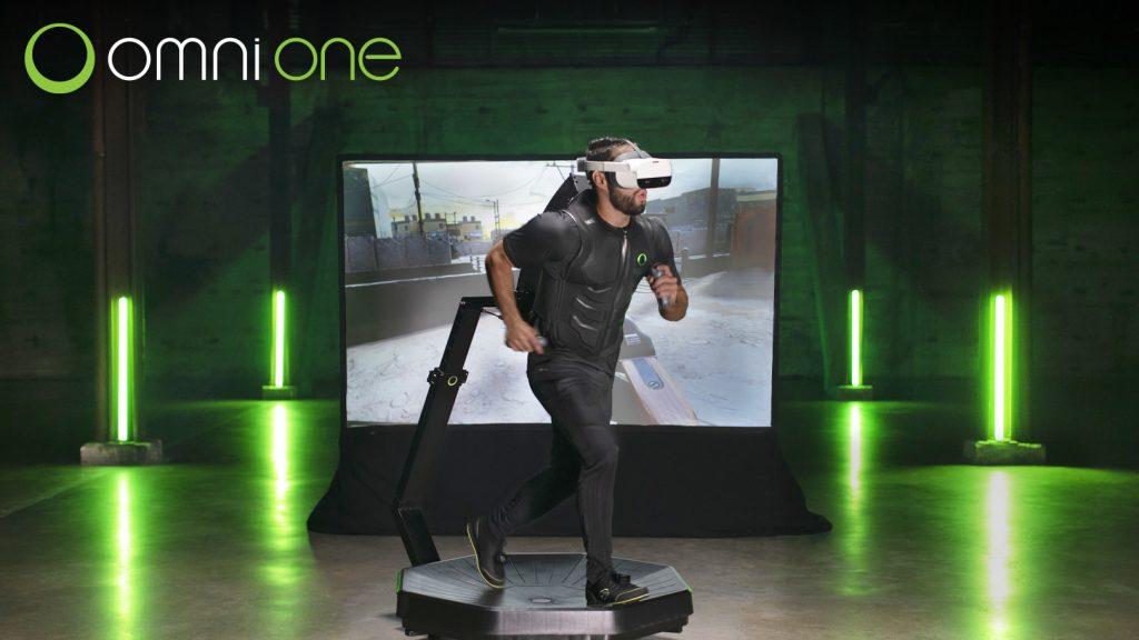 Un joueur marchant sur le tapis roulant de réalité virtuelle Omni One